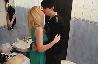 Teenagers fuck in a bathtub